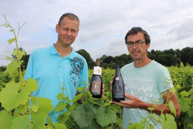 La coopérative des Vignerons du Pallet, représentée ici par Laurent Bouchaud (à gauche) et Jean Bosseau, propose deux vins haut de gamme: le cru communal et la cuvée «Hermine».