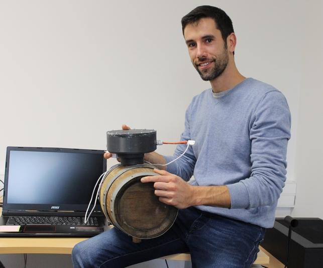 Alexandre Ermenault présente le prototype de bonde connectée actuellement en développement.