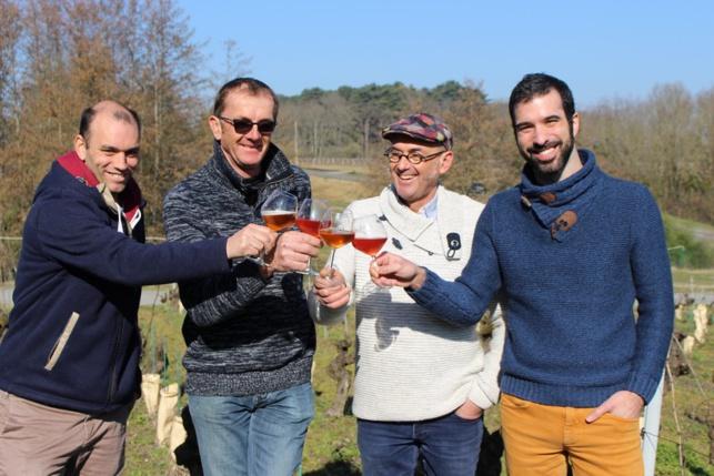 Les vignerons Laurent et Jean-Michel Poiron, entourés des brasseurs Etienne Borré et Nicolas Burel.