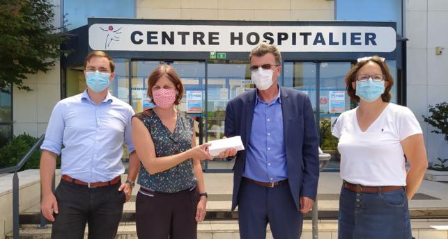 Les représentants de Saumur Champigny remettent les tickets solidaires à Jean-Paul Quillet, directeur du Centre hospitalier de Saumur.