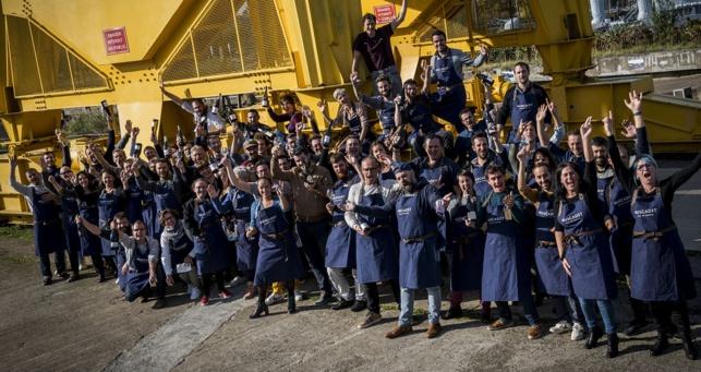 Vignerons et restaurateurs se sont retrouvés le 19 octobre sous la grue jaune à Nantes pour immortaliser leur soutien mutuel et lancer l'événement. Crédit: Christophe Bornet.