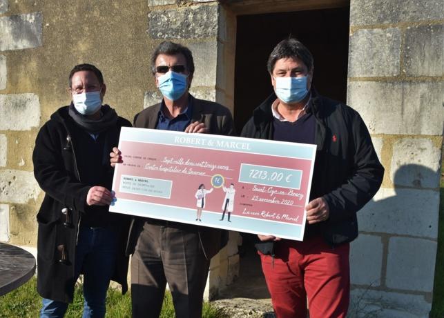 Remise de chèque au Clos Cristal : Nicolas Emereau, directeur et Marc Bonnin président de la coopérative saumuroise entourent Jean-Paul Quillet, directeur de l'hôpital.