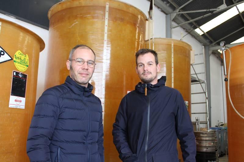 Nicolas (à gauche), s'occupe de la partie commerciale et Benjamin de la vinification.