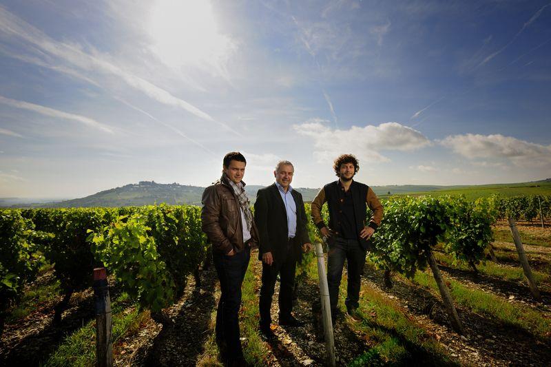 Jean-Louis Saget (au centre) a développé la Maison familiale. Basée à Pouilly-sur-Loire dans la Nièvre, elle est aujourd'hui dirigée par ses deux fils Arnaud et Laurent.