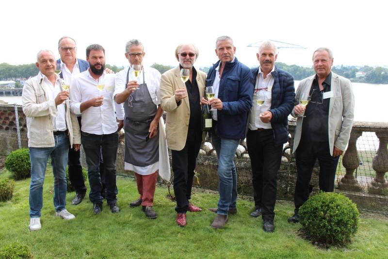 Philippe Faure-Brac, sommelier, et Jean-Yves Guého, chef de l'Atlantide à Nantes, entourés par les vignerons du cru Gorges.