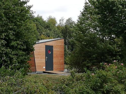 Ce sont des cabanes comme celle-ci qui seront prochainement installées à proximité des vignes. Crédit : RandoCabane.