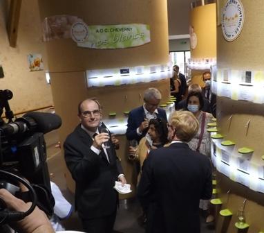 Le premier ministre Jean Castex a visité la maison des vins de Cheverny avec le ministre candidat Marc Fesneau (de dos)